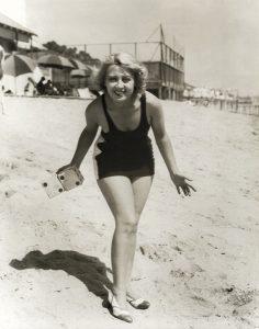 Joan Blondell dice beach