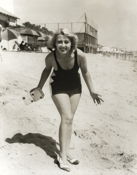 Joan Blondell dice beach