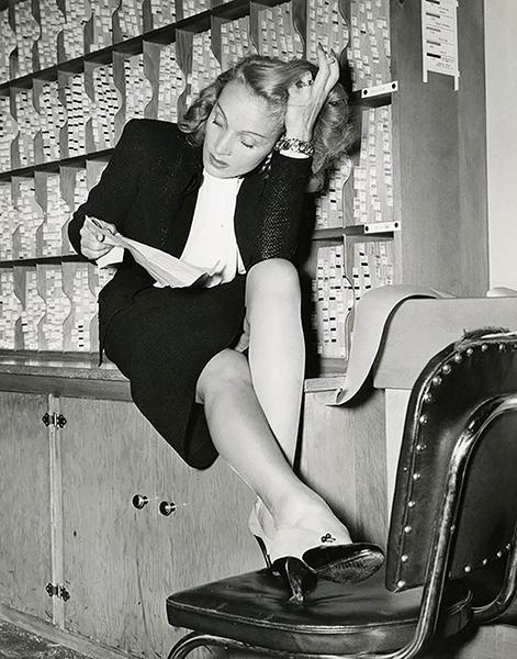 Marlene Dietrich reading