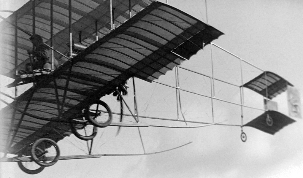 A close-up view of an early airplane in flight at the historic 1910 Los Angeles International Air Meet, held at Dominguez Field. (Bizarre Los Angeles)