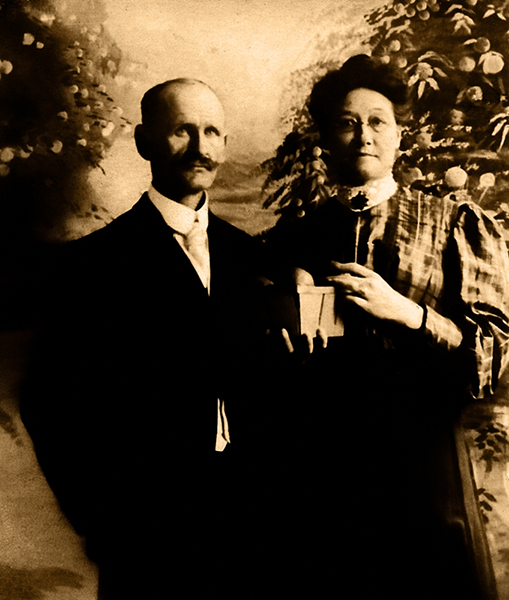 A couple posing with a small basket of oranges in Los Angeles, circa 1907. (Bizarre Los Angeles)
