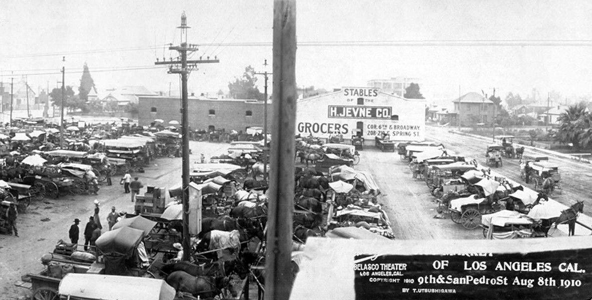 An early farmer's market at 9th and San Pedro Street in 1910. (Bizarre Los Angeles)