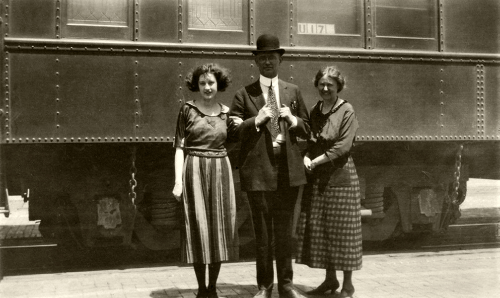 A family on their way to Los Angeles for a visit in the 1910s. (Bizarre Los Angeles)