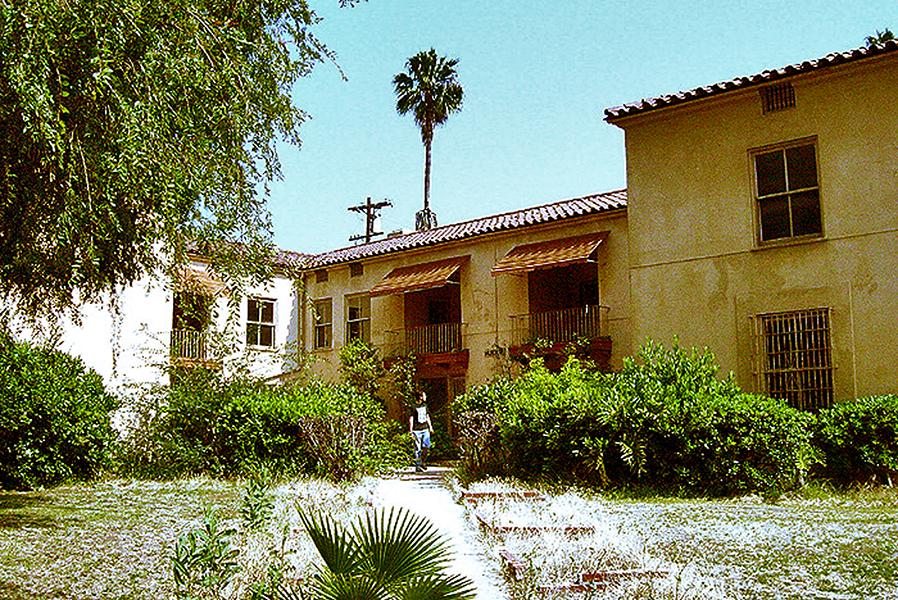 A view of the Los Angeles Ambassador Hotel bungalows, circa 2004. (Bizarre Los Angeles)