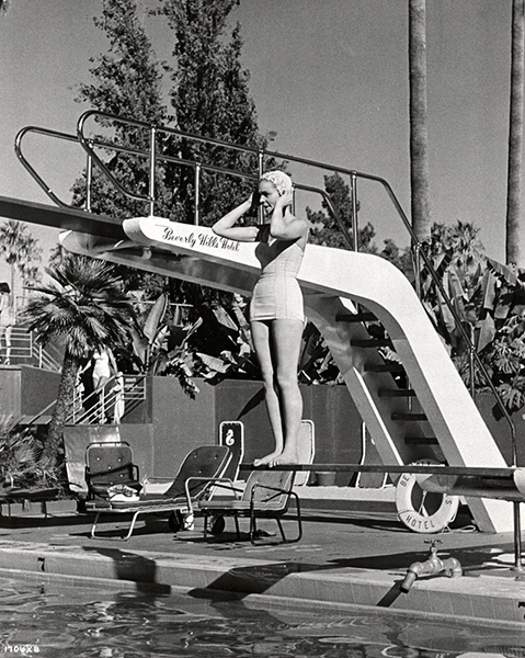 Lauren Bacall at the swimming pool of the Beverly Hills Hotel in 1957. (Bizarre Los Angeles)