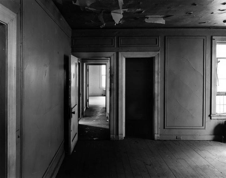 Interior of the Huerta Bungalow bedroom, circa 2005. Photographer: Tom Zimmerman. (LAPL) Bizarre Los Angeles