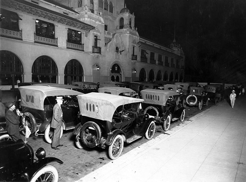 Outside the Los Angeles Examiner Building at 146 W. 11th Street on the night of its opening in 1915. (LAPL 00018620) Bizarre Los Angeles