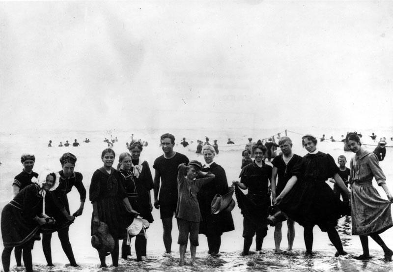 Santa Monica beach goers in 1890.