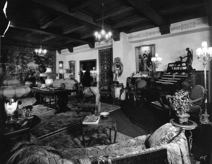 An Ambassador Hotel showroom in 1929. (Bizarre Los Angeles)