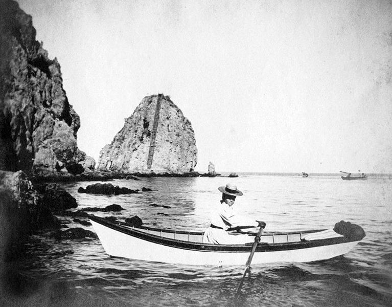 OLD EARLY 1900S OLD AVALON CATALINA ISLAND CALIFORNIA LADY ROWING BOAT PHOTO (Bizarre Los Angeles)