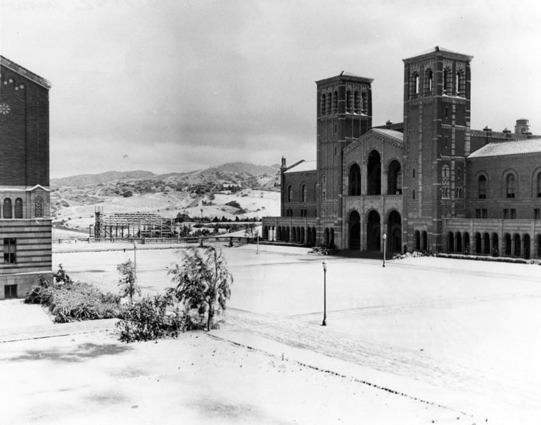 Snow at UCLA in 1932. (Bizarre Los Angeles)