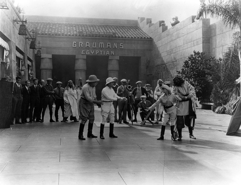 A film crew outside the Egyptian Theater in 1926. (Bizarre Los Angeles)