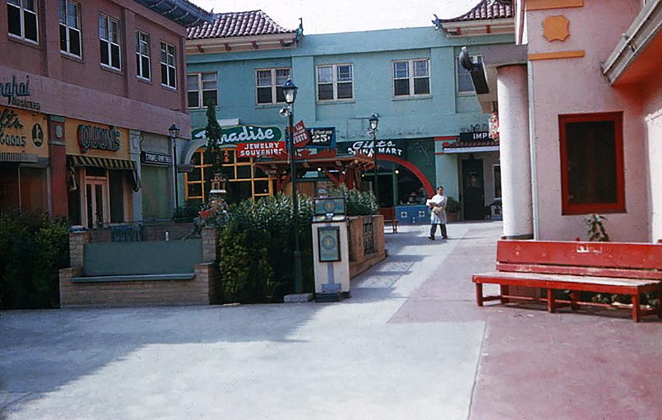 Los Angeles' Chinatown, circa 1950s. (Bizarre Los Angeles)