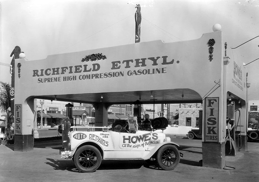 Howe's Service Station 1930
