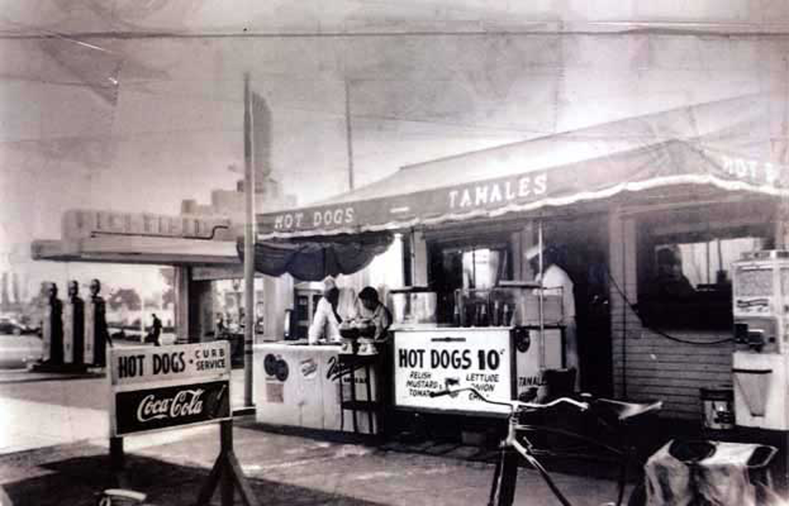 Pink's in 1942, its third year in business. Address: 709 N. La Brea Avenue. Bizarre Los Angeles