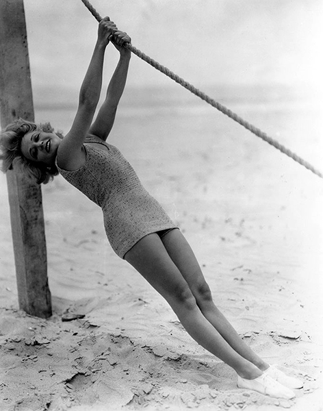 Wynne Gibson at the beach in 1932. (Bizarre Los Angeles)