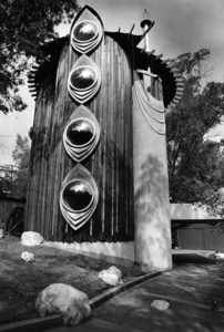 The Struckus House, located at 4510 Saltillo Street in Woodland Hills. Photo is from 1983 (the year it was built). LAPL. Photographer: Paul Chinn. To read more about this oddity from architect Bruce Gof