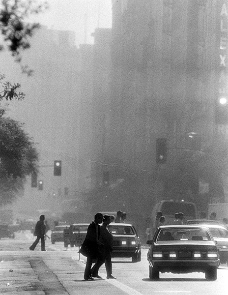 Smog on Spring Street in 1986. (Photographer: Chris Gulker / LAPL 00060080) Bizarre Los ANgeles